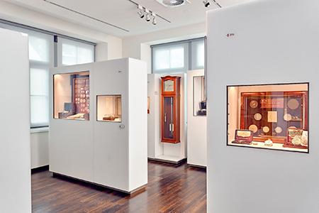 Blick in beleuchteten Ausstellungsraum