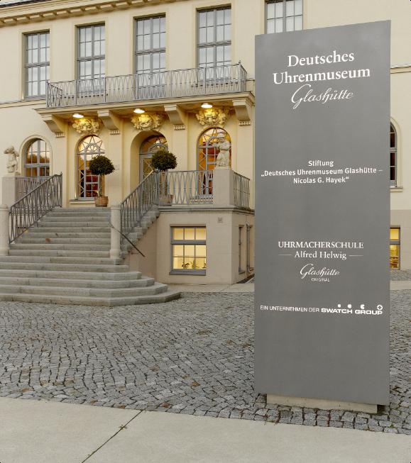 Namensstele vor dem Museumseingang