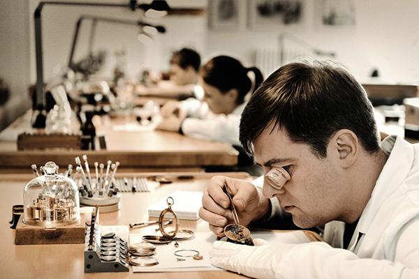 Uhrmacher bei der Arbeit