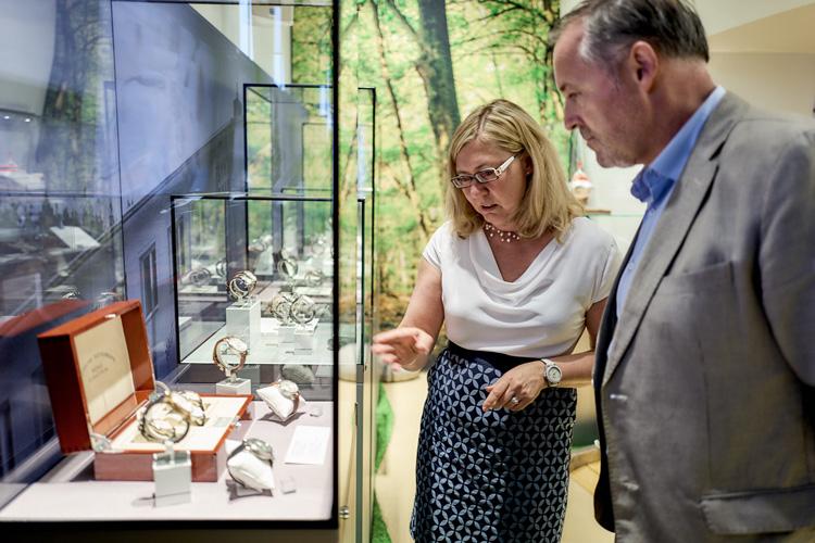 Besucher betrachten Exponate Stiftung Deutsches Uhrenmuseum Glashütte