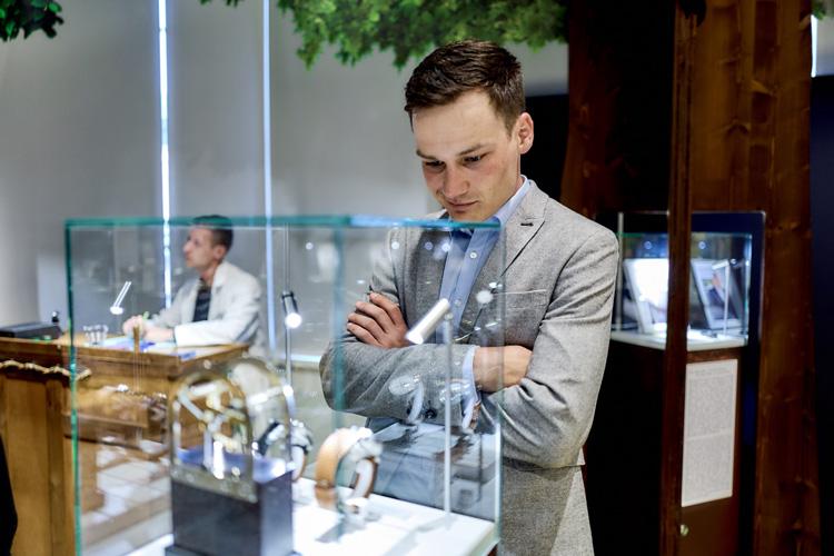 Besucher vor Auszeichnung Goldenen Unruh 2014 Stiftung Deutsches Uhrenmuseum