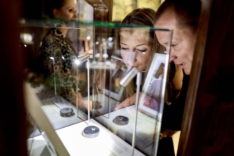 Gäste bestaunen die patentierte Spechthalsregulierung Stiftung Deutsches Uhren