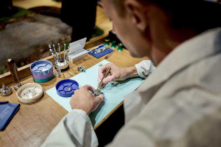 Mühle Uhrmacher demonstriert die Handwerkskunst Stiftung Deutsches Uhrenmuseum