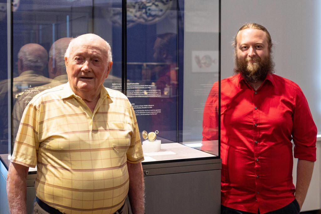 Berthold Kege und sein Enkel Laurent Kegel zu Besuch im Uhrenmuseum